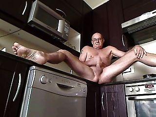 en la cocina con la puerta abierta