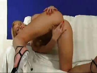 british slut jo puede juega con ella en el sofá
