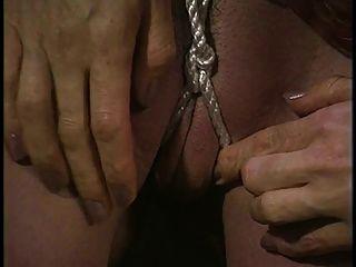 hot bondage babe obtiene su coño acuñado con cuerda