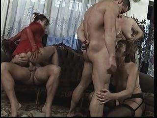 orgía madura salvaje en la sala de estar con clavos de dick grande