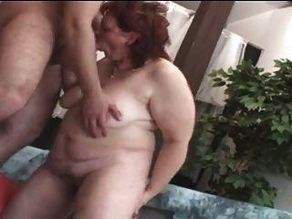 mujer gorda masturbándose se masturba