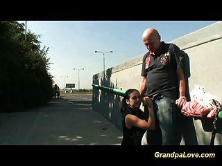 abuelo folla adolescente en público