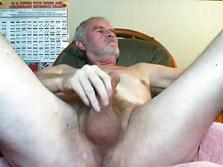 abuelo sexy disparando sus cargas