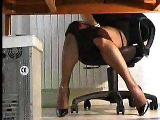 shemale jugando bajo el escritorio