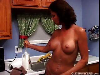 sexy milf vanessa videl le encanta mojarse y desordenarse con leche