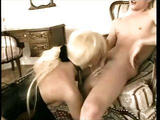 sexo caliente con transexual rubia en botas y corsé