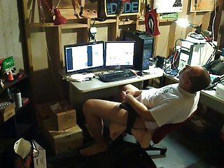 str8 papá jugar en el sótano