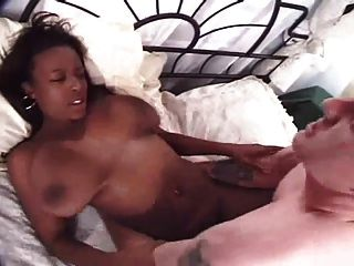hermosa chica negra con tetas grandes