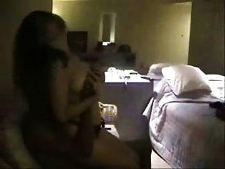 en una habitación de hotel con un toro negro