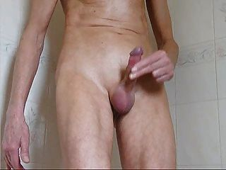 chico flaco rápido tirón y corrida en la ducha