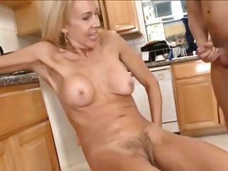 mamá delgada con pubis peludo, tetas pequeñas y chico