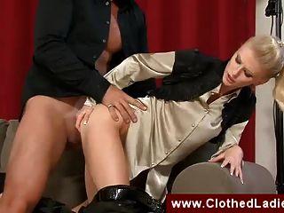 dos prostitutas de clase alta follando a un chico