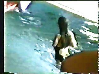 una chica de natación amputada con axilas peludas