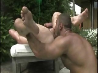 tatuado clavos cachondos golpeando por la piscina.