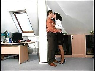 este jefe caliente de la señora consigue follada en el trabajo