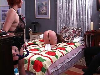 linda dominatrix lesbiana spanks el infierno fuera de una linda chica más joven