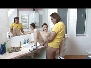 joven morena alemán se follan en el baño