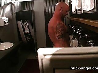 hombre con el ángel buck coño en el tatuaje caliente 3 manera