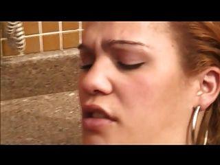 latina tranny con la polla pequeña follada anal en la piscina