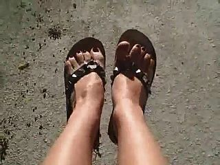 pies pedicured atractivos en chancletas tachonadas