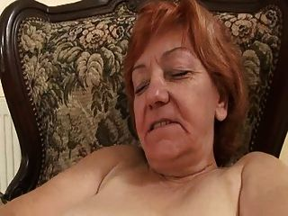 anciana frenéticamente frotando su coño peludo
