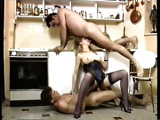 atractiva criada doble penetración en una cocina