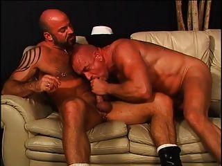 follado marino por su novio en un sofá