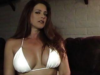 sexy caliente en bikini fumar y burlas