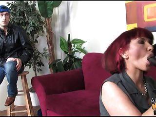 hombre negro folla a la mamá blanca en el culo delante de su hijo