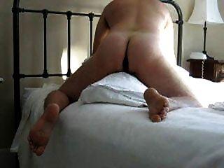 joroba la almohada con consolador en el culo (y comer cum de condón)