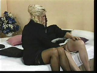 dos viejas damas lesbo con juguetes