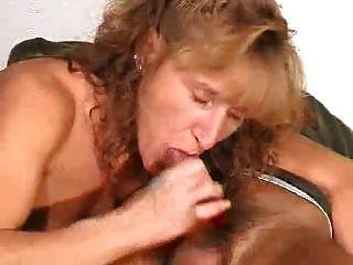 madura da una mamada con corrida en la boca