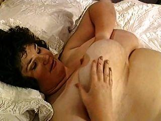 regordete con grandes tetas en la cama