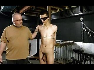 bdsm bondage gay boy recibe el castigo