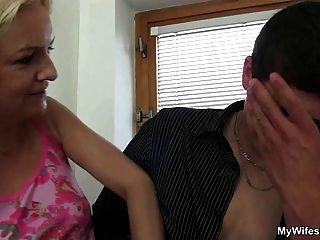 la esposa entra y la ve su bf folla a su mamá