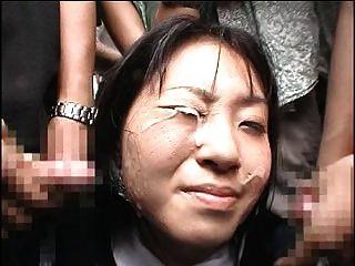 chica japonesa recibe un bukkake en público