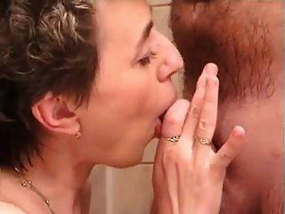 midage pareja en el baño