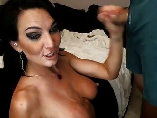 sexxy garganta morena folla y mordazas en un pene pequeño en la cámara