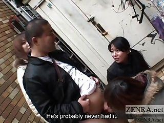 las mujeres japonesas toman el pelo a un hombre en público a través de una subtitulación