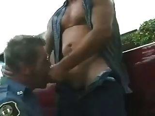 granjero follando a policia maduro
