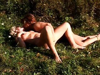 dos abuelitas que tienen sexo lesbiano al aire libre