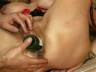 fisting épico y la inserción de botellas