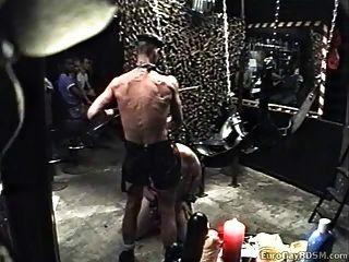 esclavo regordete traído y utilizado por el maestro vestido de cuero