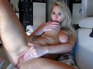 rubia con las tetas grandes masturnates y tiene orgasmo en la leva viva