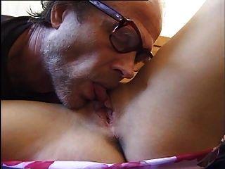 un viejo se cinta una joven