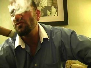 caliente musculoso hunk fumar cigarro y jacking