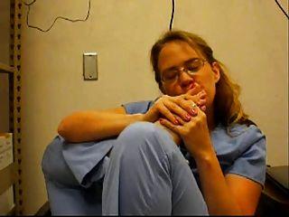 enfermera chupa sus dedos en el trabajo