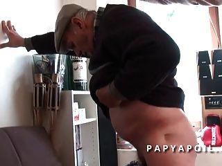 papy se font pomper par une noir qui se fait sodomiser