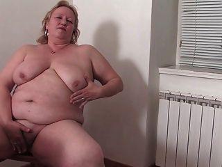 abuela gorda en la cocina r20