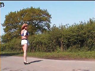 zoe exhibicionista en su bikini azul al aire libre en la carretera
